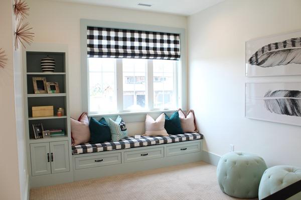 window seat in kids bedroom